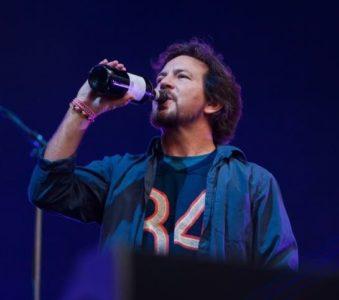 Eddie Vedder a Barolo: un calice di benvenuto di Asti DOCG a tutti gli spettatori