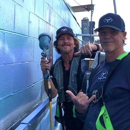 Eddie Vedder aiuta l'artista Wyland a dipingere un murales a Seattle