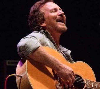 Eddie Vedder a Chicago: visita a un negozio di strumenti musicali e intervista radio