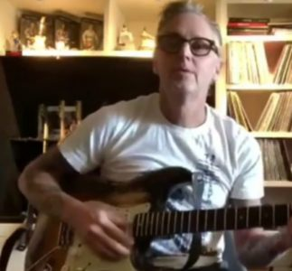 Mike McCready suona una canzone per Tom Husman