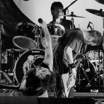 Matt Cameron si congratula con la giovanissma batterista Nandi Bushell