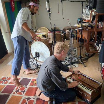 Intervista a Piero Perelli, il batterista che suona con Eddie Vedder e Glen Hansard su Flag Day